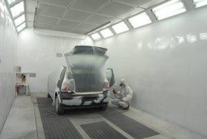 la préparation à la peinture, en passant une couche d'apprêt