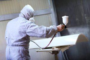 la première couche de peinture, avec les qualités opaques, vernies ou nacrées