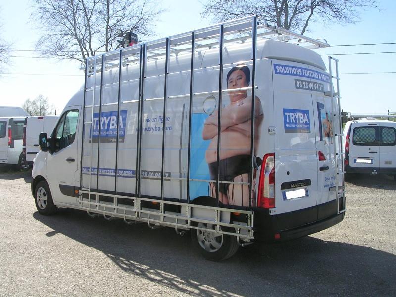 Travail d'aménagement sur un véhicule utilitaire pour une entreprise